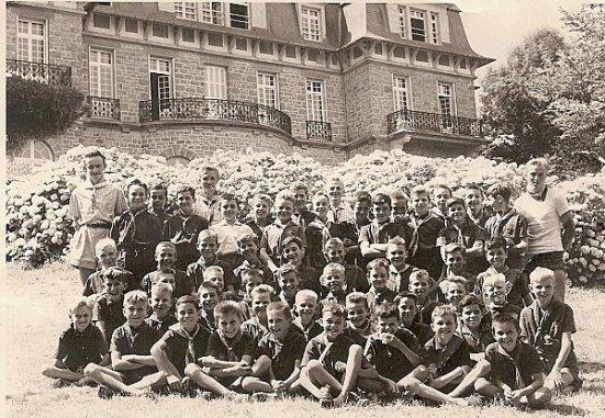 Photographie d'une colonie de vacances à Dinard (Bretagne) organisée par l'entreprise Boussac en 1958 pour les enfants de ses ouvriers de Thaon-les-Vosges